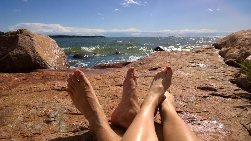 jalat rannalla