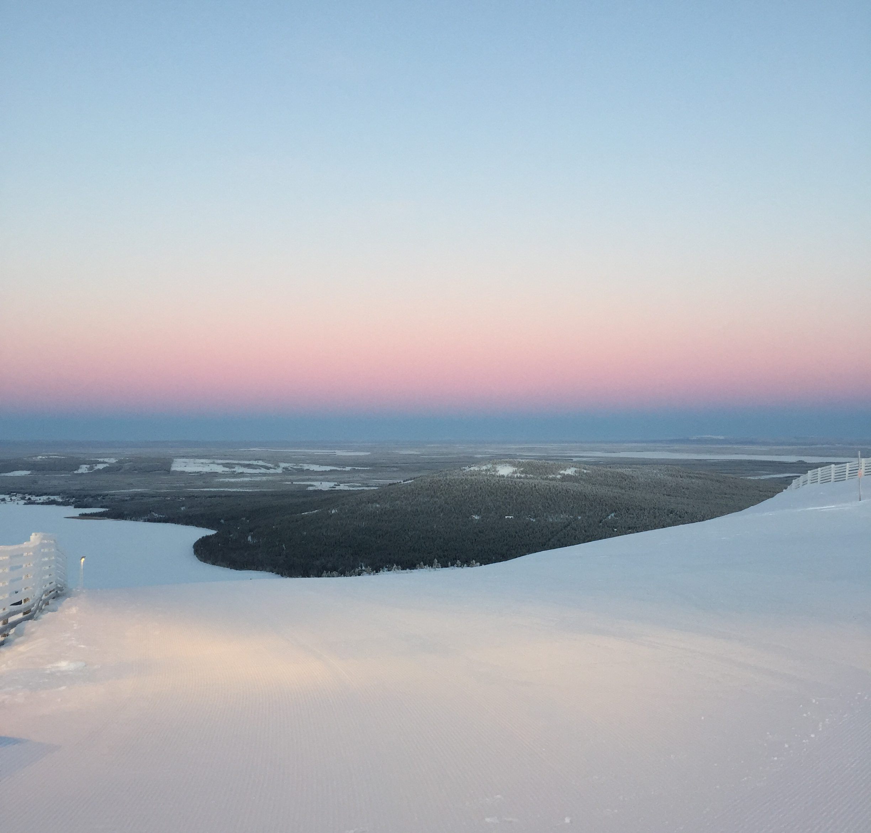 saari lumimeressä