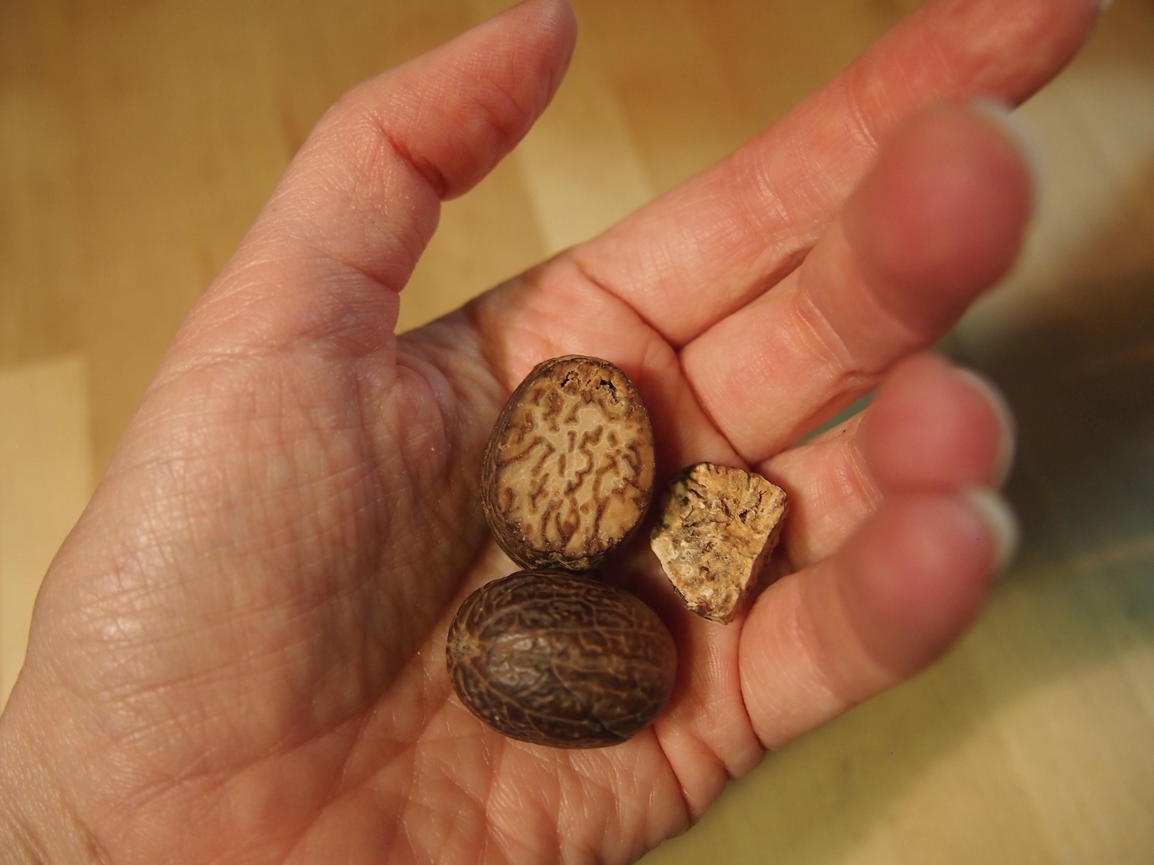 kokonaiset muskottipähkinät