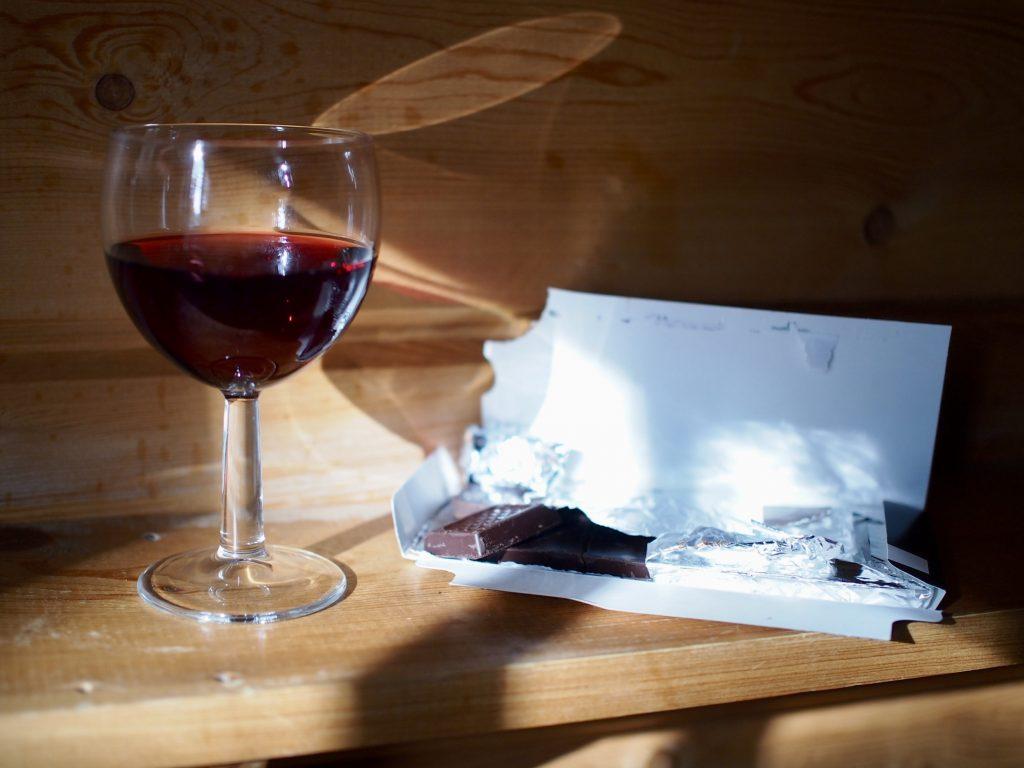 viiniä ja suklaata