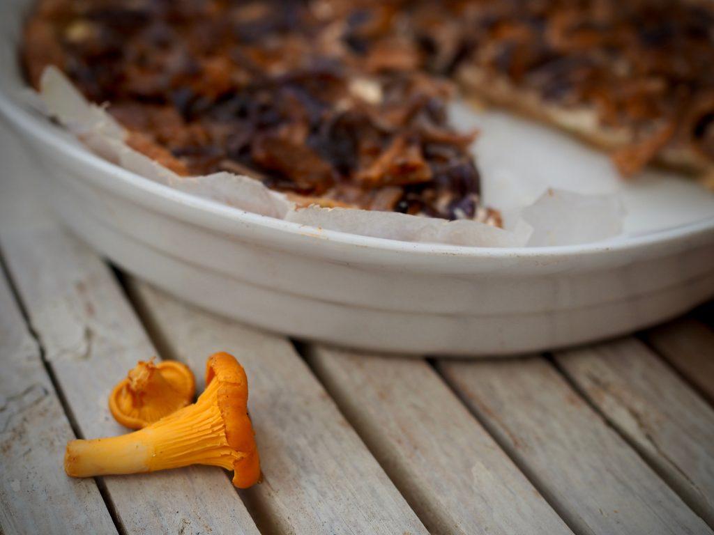 sinappinen sieni-sipulipiirakka